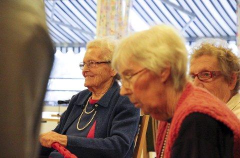 Ada Nagel koser seg under dansestunden med Ingeborg og sine medbeboere.