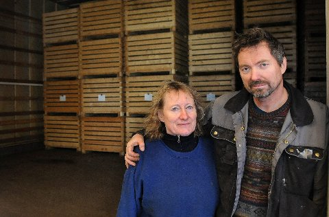Hedres: Ekteparet Tove og Thor Holand hedres for  meget god drift av gården sin gjennom mange år. Foto: Øyvind A. Olsen