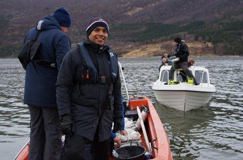 Her skal Cristian M. Sæther ut på Beiarfjorden og senke syv stålkasser med 110 kilo rogn.