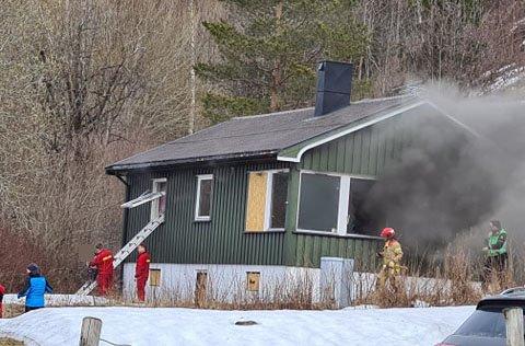 Her redder brannvesenet ut en kvinne fra en adresse i Søderlundmyra i Mo i Rana.
