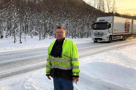 NABO TIL E8: Birger Johansen står i oppkjørselen til huset sitt, som går rett ut i E8 ved utløpet av Lavangsdalen.