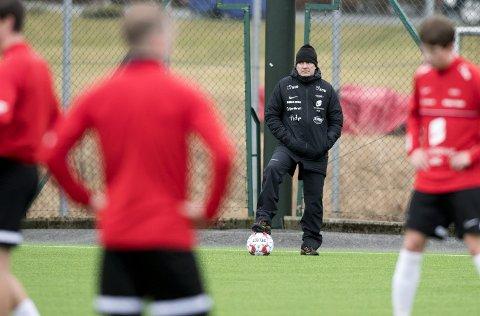 Kåre Ingebrigtsen og Brann har fått trene som normalt i lang tid. Det har ikke klubbene i Viken og på Haugalandet. Brann-treneren har derfor ingen problemer med at seriestarten utsettes, så lenge man utsetter hele runden og ikke bare deler av den.