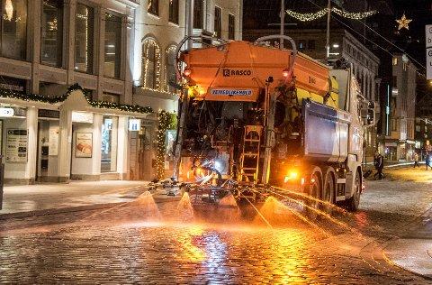 Strøbil saltbil brøytebil glatt vinter kulde trafikk samferdsel jul mesta snø is salt saltlake    veivedlikehold