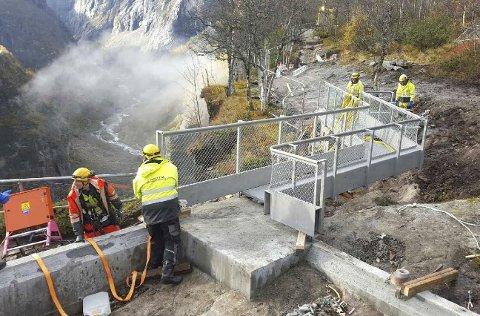Utsikt: Flere utsiktspunkter ble ferdigstilt i juni, men arbeidet med Vøringsfossen er planlagt å fortsette til 2020, ifølge prosjektleder Kjersti Wold. – Det er en særdeles spennende byggeplass, bedyrer hun, og medgir at det er kjekt å se tegningene bli virkelige byggverk. Foto: Kjersti Wold