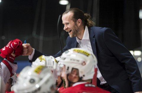 På trenerbenken sprudet Pål Erik Glomsaas i takt med spillerne på isen. Bergen Hockey høvlet over Hasle/Løren i begge helgens kamper. – Det er ikke mye jeg kan ta guttene på, sier «Glomsen».