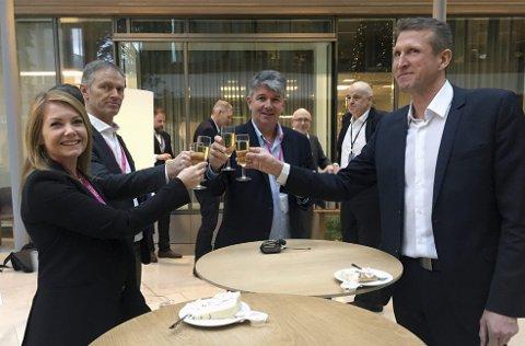 Skålte: Silje Skarstein (f.v.), Aker Solutions, Arne B. Olsen, Onesubsea, Jon Arve Sværen, Onesubsea og Erik Vik, TechnipFMC gleder seg over milliardavtalene med Statoil.