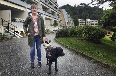 Like utenfor leiligheten på Liaflaten i Åsane ble Thea Christine Økland hjelpeløst vitne til at Teddy, ledsageren hennes gjennom de siste fem årene, ble angrepet av en annen hund.