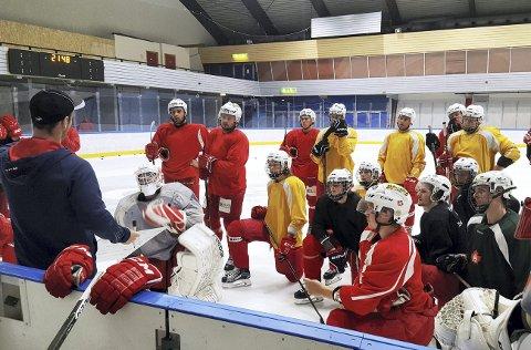 Eduard Hartmann (til venstre) snakker til spillerne han skal lede i 2. divisjon denne sesongen. Den lokale stammen er med videre. Etter en opprivende tid i kjølvannet av Bergen Hockey-konkursen, begynner det meste å falle på plass.