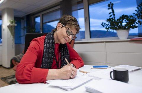 Anne Gine Hestetun er fylkesordfører. Hun vil at kulturministeren gir et klarere svar på om kulturinstitusjoner som DNS og Harmonien forblir statlige, eller blir en del av nye Vestland
