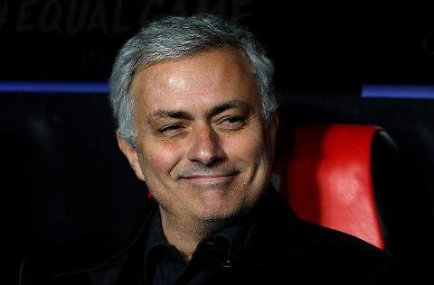Jose Mourinho smilte før Mesterliga-kampen mot Sevilla, men det skar seg til slutt. I tiden etter at de ble slått ut, har han belært fansen om hvor en bør legge listen i en klubb i omstilling!