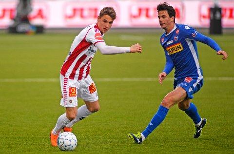 Oliver Kjærgaard, her i duell med Sandefjords Enric Vallès i det ene av to innhopp dansken har fått i eliteserien denne sesongen.