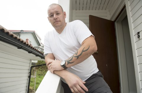 I 2015 skadet Dan-Arne Lønningen (36) seg på jobb. Brystmuskelen hans har fått en varig skade etter at han holdt i en krok som hang ned fra en heisekran, og kroken plutselig begynte å bli dratt oppover.