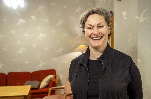 Kjersti Elvik mottok Bergen teaterforenings ærespris, Pernillestatuetten, søndag.