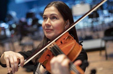 Rushana Brandanger grep til fiolinen da hun var fem år. Nå er hun fast på bratsj i Bergen Filharmoniske Orkester.          FOTO: Emil Weatherhead Breistein