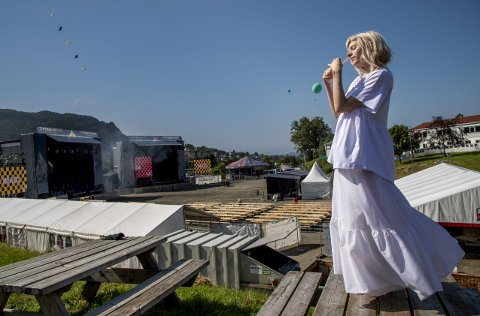 Aurora Aksnes utenfor dobbeltscenene til Tysnesfest. Det var her hun festivaldebuterte for fem år siden.