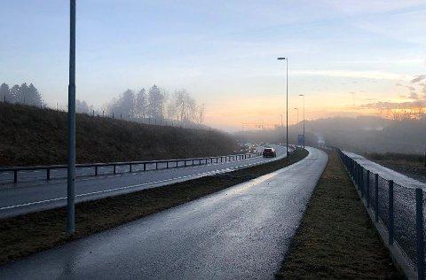 Denne veien til høyre blir benyttet av folk som vil slippe bompenger, får Avisa Nordhordland opplyst.