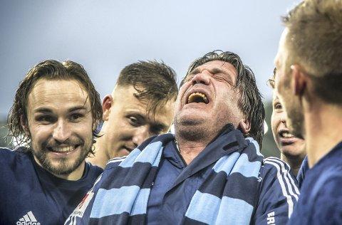 Bo Andersson, eller «Super-Bo» er Djurgårdens legendariske sportssjef. Her har han akkurat kommet til bevissthet igjen. 51-åringen besvimte nemlig midt under klubbens gullfeiring i fjor.