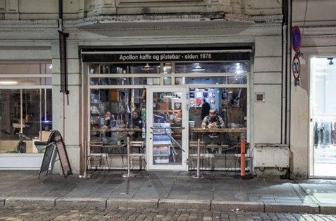 Daglig leder Tor Tessem på Apollon har måttet permittere ti medarbeidere. Dette bildet er tatt i fjor mens folk fortsatt gikk ut for å handle plater – og drikke øl.