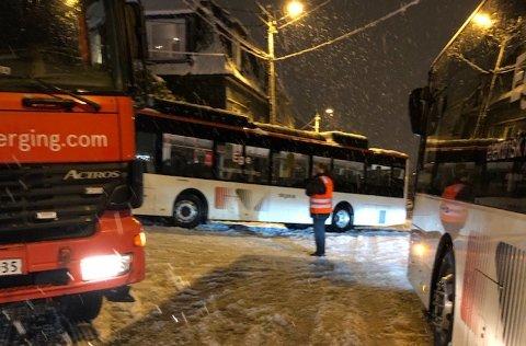I Løbergsveien ble det full stopp da flere busser kjørte seg fast.