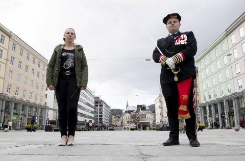 Yvonne Andersen og André Gundersen fra Wesselengens Bataljon ber bilistene som havner bak buekorpsene om litt mer tålmodighet enn noen hissigpropper har vist seg å ha.