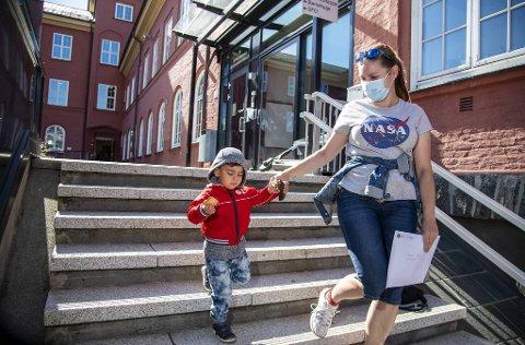 Natalia Klaure er mamma til en tredjeklassing i karantene. I går var hun og lillebror innom Ny-Krohnborg skole for å hente oppgaver.