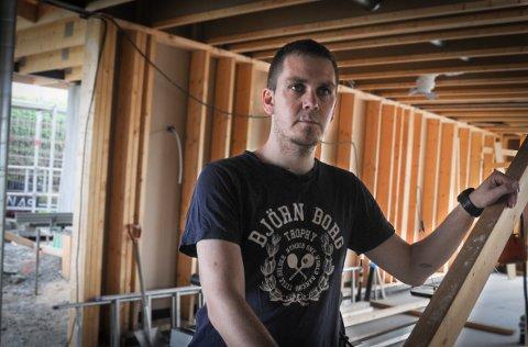 Tømrer: Det har blitt lite hammer, spiker og jobbing ute på byggeplassene etter at Stian Nesvåg sammen med kompisen Egil Halsne overtok bedriften som de nå styrer over.