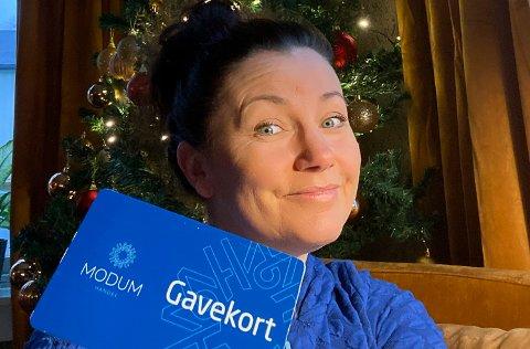 UNDER MANGE TRÆR: Mange i Modum vil nok finne dette kortet under juletreet i år. Anne Kat Håskjold forteller at kortet kan brukes i alle butikker i tillegg til Furumo svømmehall og Modum kino.