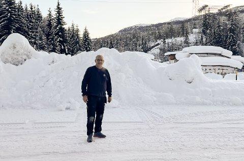 TUNG SNØ: – For å unngå skader er det viktig at hytteeierne sørger for å få måket hyttetakene, sier Tom Lyder Kolbjørnsrud.