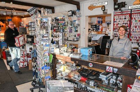 HAR ALT: Lars Berglund og kona Kjersti Lindbo Berglund, har  det utrolige i den lille butikken sin Solbua i Prestfoss.
