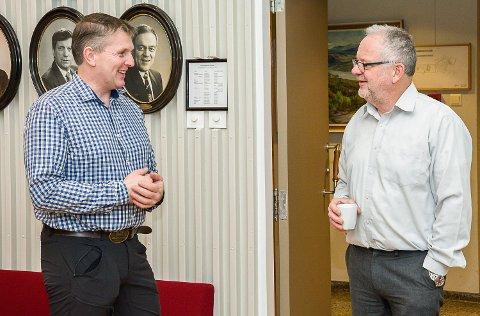 KRITISKE: Bygdelistas Torstein Aasen (t.v.) og Ap-veteran Kjell Tore Finnerud er kritiske til Sp i forrige enstemmig gikk inn for å sentralisere Nav-kontoret i Sigdal.