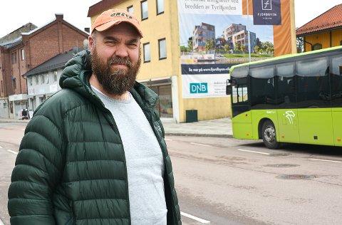 KOLLEKTIVTILBUD: Da Per Rune Grønhovd og kona flyttet til Modum i 2006 fikk de pendlerhverdagen til å gå i hop fordi Timesekspressen gikk tur-retur Oslo. I dag er dette tilbudet nedlagt.