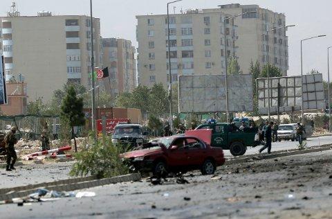 «Men heller ikke Kabul kan lenger anses som et trygt sted å returnere unge mennesker til», skriver innleggsforfatterne fra Buskerud KrF. På bildet inspiserer afghanske sikkerhetsstyrker åstedet for et selvmordsangrep på an NATO-konvoi i Kabul i september i år.
