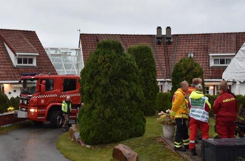 RYKKET UT: Store mannskaper fra brannvesenet rykket ut til en rekkehusbrann natt til fredag.