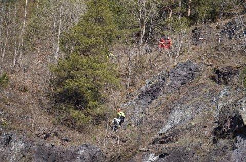 Brannvesenets klatregruppe fikk reddet kvinnen opp på trygg grunn.
