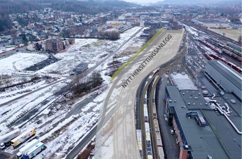 PARKERING: Her kommer togparkeringen. Den omstridte undergangen er planlagt under jernbanesporene helt i enden av parkeringsområdet.