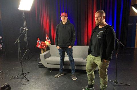 SMIL: Rikart L. Jensen og Thomas Nilsen hadde oppgaver bak kamera, men fikk beskjed om å stille seg foran da Finnmarksposten var på besøk.
