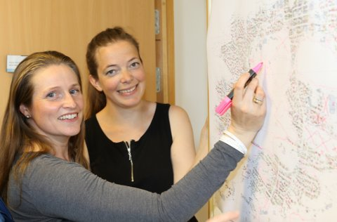 NY DUGNAD: Miljørådgjevar Maja Standal Moen (t.h.) og GIS-konsulent Irene Hollevik i Flora kommune, her under planlegging av snigledugnaden i sommar.