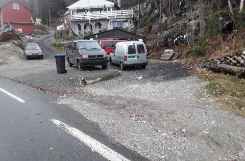 SETTE OPP MUR: Dette er avkøyrsla til Marta og Arild Vågane på Storebru. Midt i bildet kan ein sjå murkanten paret meiner naboen har sett opp ulovleg (den mørkegrå bilen er parkert oppå kanten).