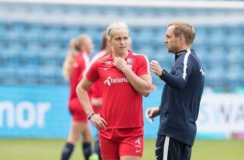 NY POSISJON: Elise Thorsnes skal spele venstreback for Norge under EM i Nederland. Denne posisjonen har ho berre spelt i 6 månander. Her saman med landslagstrenaren Martin Sjögren.