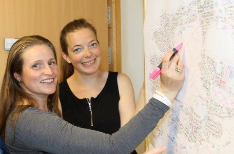 SNIGELSTRATEGI: Miljørådgjevar Maja Standal Moen (t.h.) og GIS-konsultent Irene Hollevik i Flora kommune, her under planlegging av ein snigeldugnad tidlegare i sommar.