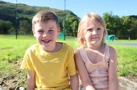 FØRSTE SKULEDAG: David Solheim og Leonora Golten Eikevik fekk sin første skuledag på ein splitter ny skule.