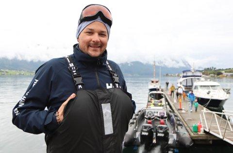 OMVISING: Steffen Lisboa Iversen (26) brukar dagen sin i Gloppenfjorden: – Det er kjekt både for kundane og for meg, seier han.