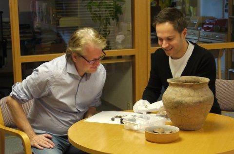 Godtebutikk: Fylkeskonservator Morten Hanisch (til venstre) og arkeolog Tryggve Csisar nyter dagene på jobb. Det er ikke hverdagsfunn de har fått på bordet denne gangen.
