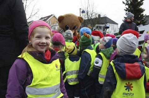 Midtpunkt: Ringo-bamsen ble festens midtpunkt på torvet. Carina Emilie (4) foretrakk å holde seg litt i bakgrunnen, for sikkerhets skyld.Foto: Hege Mølnvik