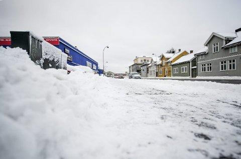 Sjeldent syn: Slik så det ut i sentrumsgatene mandag formiddag. Så langt denne vinteren har kommunens brøytemannskaper hatt lite å gjøre.foto: geir a. carlsson