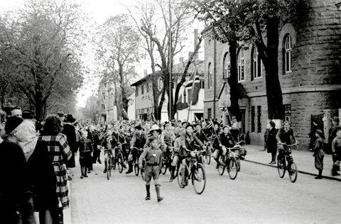 HISTORISK BILDE:  Det var Ragnar Lorang Larsen  som tok dette historiske bildet av det spontane toget i Fredrikstads gater på ettermiddagen 7. mai 1945.
