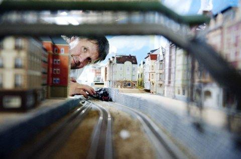 FORDOBLES: Neste år tyder alt på at Arne Børresen og hans medarbeidere har fordoblet modelljernbane-anlegget, som fra før av er Nordens største.