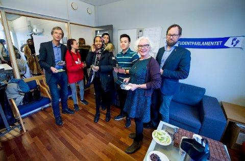 MØTTE STUDENTENE: Sittende rektor Hans A. Blom (f.v.), Unni Hagen (dekan på avdeling for lærerutdanning) og Harald Holone (dekan på avdeling for informasjonsteknikk) er de tre kandidatene til jobben som rektor ved Høgskolen i Østfold.