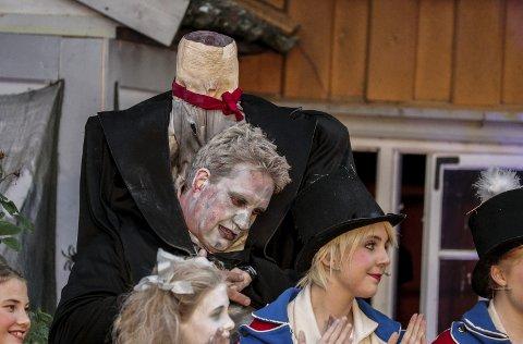 HODE LØSE KNUT: Et kostyme og scenografistunt da Jørgen Søderberg Jansen kom inn med sitt eget hode under armen i årets utgave av Spooky.foto: JOHN JOHANSEN