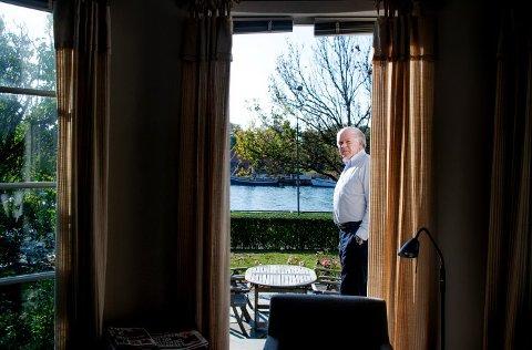 Trives ved vannet: – Jeg er nesten avhengig av  å se vann når jeg våkner, det skaper litt ro å stå her om morgenen og se utover, sier 70-årsjubilanten Jon Brynildsen.